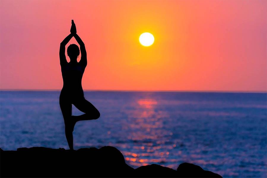 saludo al sol en yoga