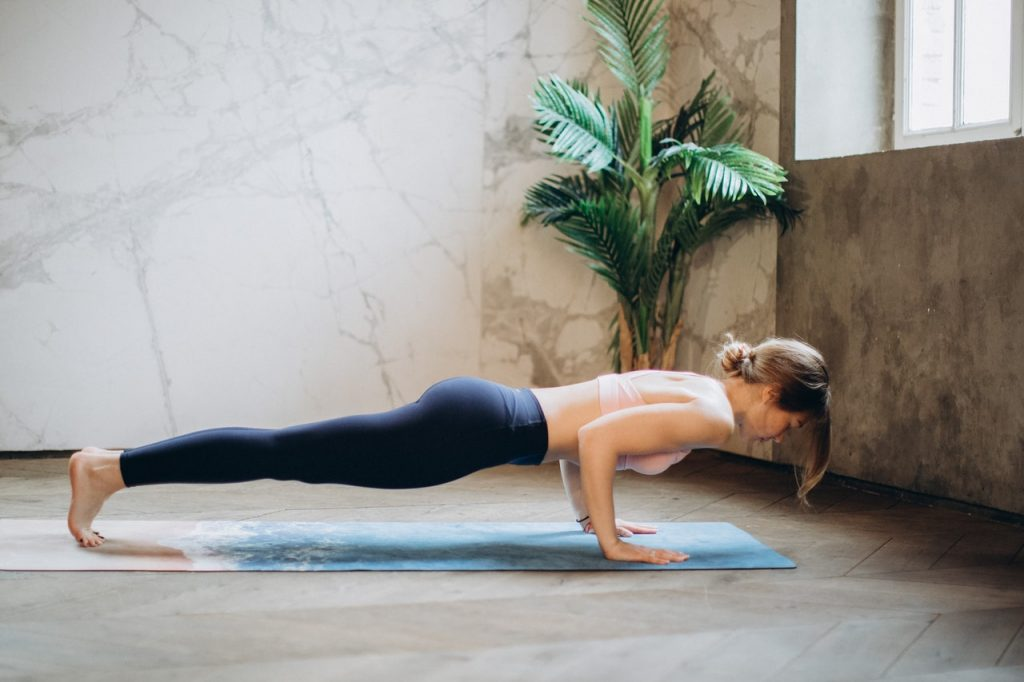Mujer realizando la postura de la plancha