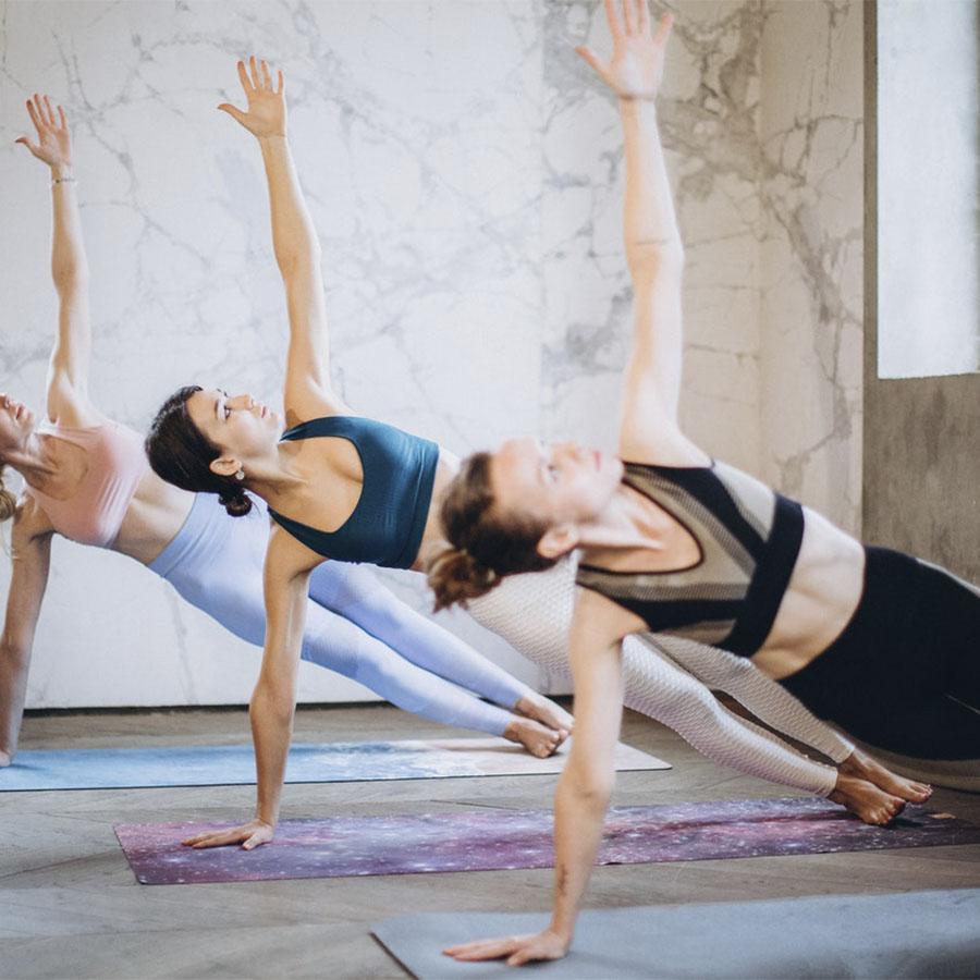 3 mujeres en la postura de la plancha lateral o Vasisthasana